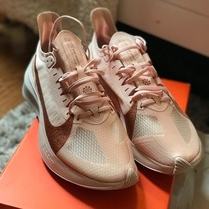 Women's Nike Zoom Gravity sz 9.5